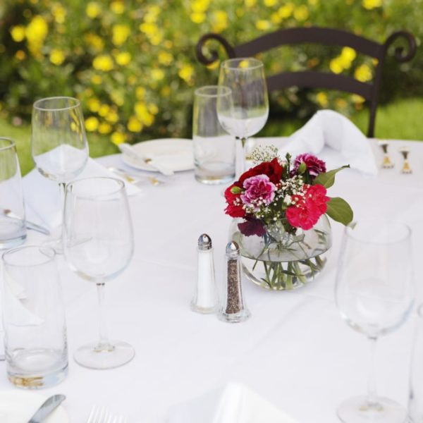 Intimidated by the thought of hosting outdoor parties in your backyard? Here you'll find a collection of tips to help you make your backyard get-togethers memorable, and keep things running smoothly. #snappyliving #entertaining #barbecue #party
